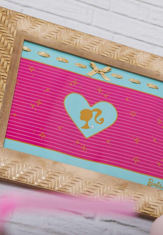 O que acha de preparar um quadro com o tema Barbie para colocar no centro da decoração?