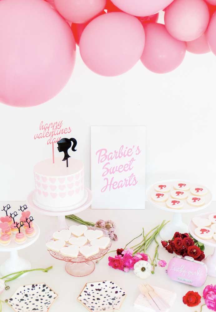Quer fazer uma decoração festa da Barbie mais clean? Aposte na combinação das cores branca e rosa.