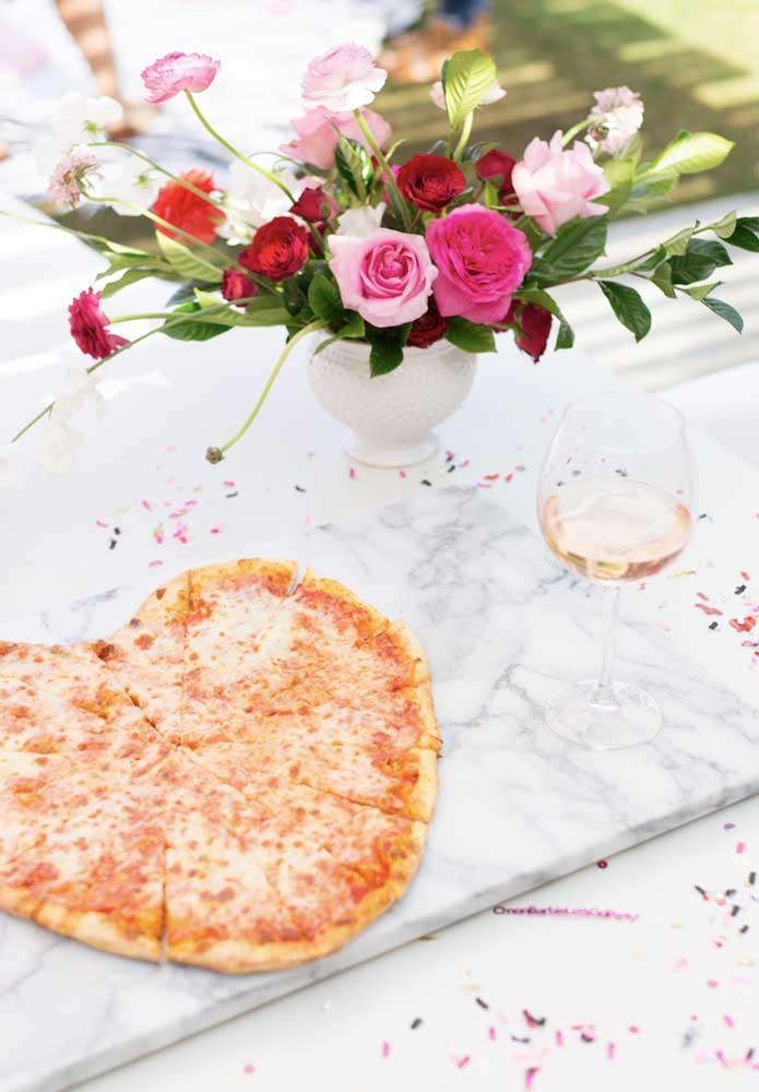 Quem disse que não dá para servir pizza na festa Barbie? Basta cortar a pizza no formato de coração.
