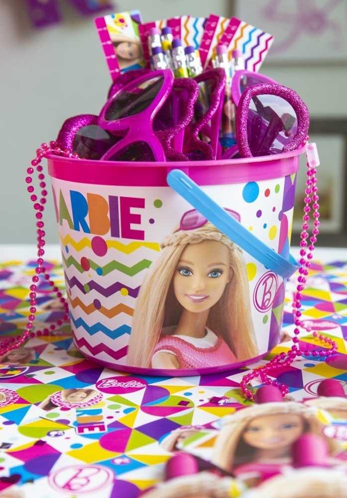 Deixe uma latinha cheia de itens para as crianças usarem durante a festa.