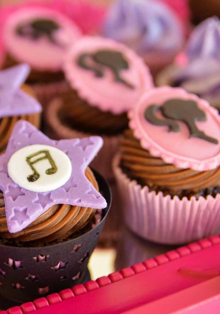 Use pasta americana para decorar o topo do cupcake.