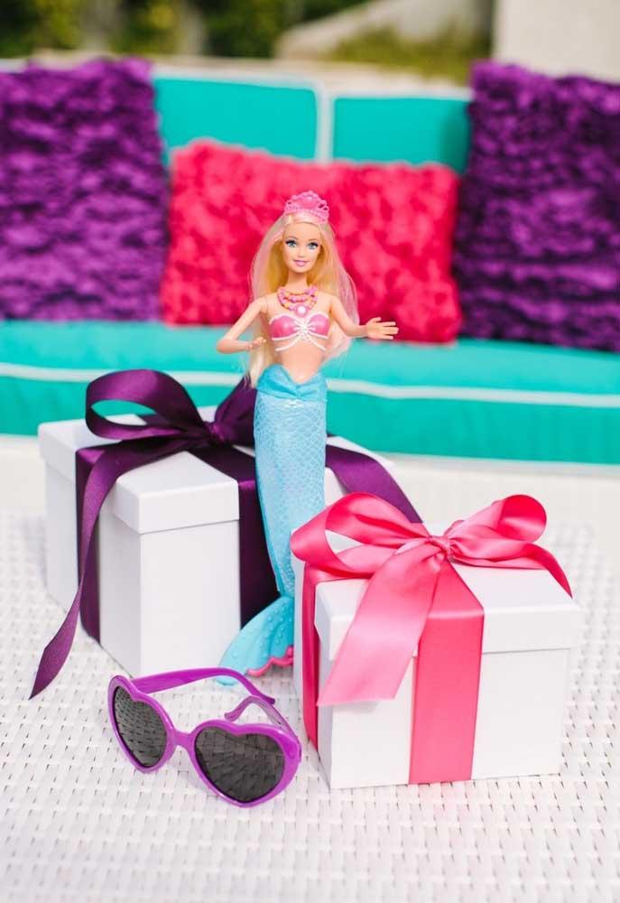 Coloque a boneca Barbie sereia em cada cantinho do ambiente.