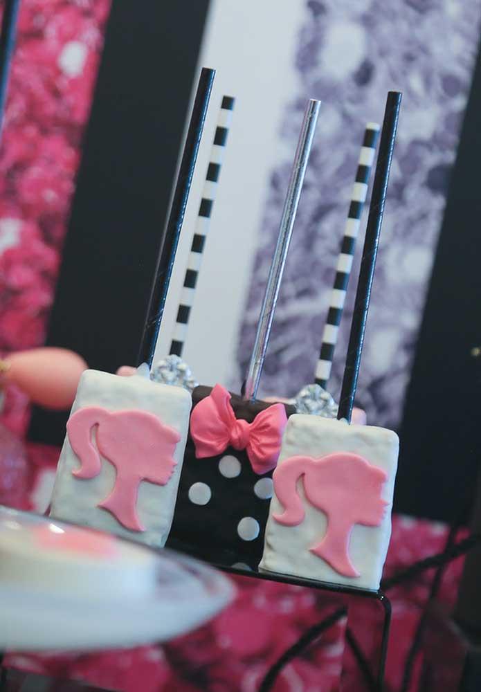 Aposte no cake pop personalizado com o tema Barbie.