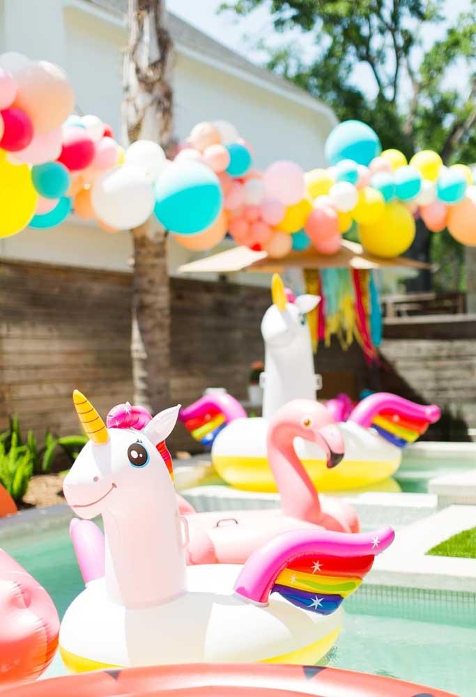 Que tal decorar sua festa infantil na piscina com balões desconstruídos e brinquedos infláveis no formato de bichinho?