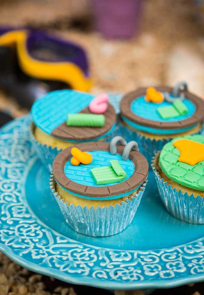 Olha que ideia genial para colocar no topo do cupcake da festa pool party.