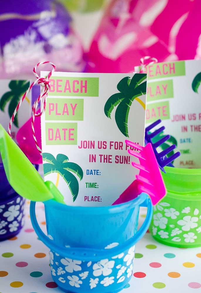 O convite festa na piscina deve ser simples, mas colorido e divertido para animar seus convidados desde o início.