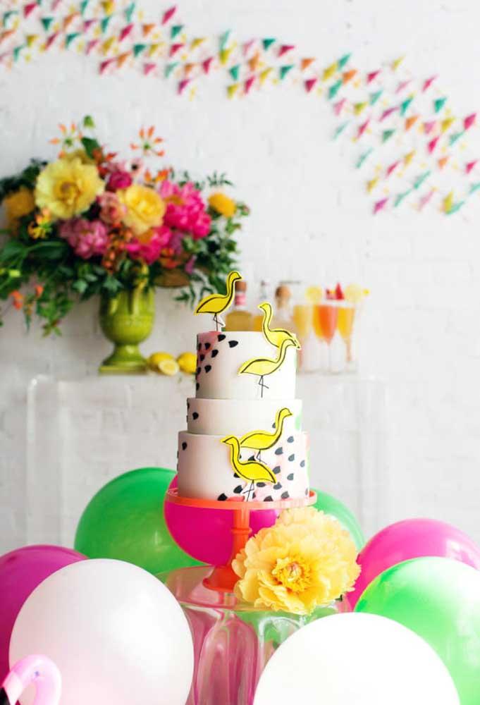 Já pensou no bolo festa na piscina? Se você tiver um tema para o evento, pode se inspirar nele para fazer seu bolo.