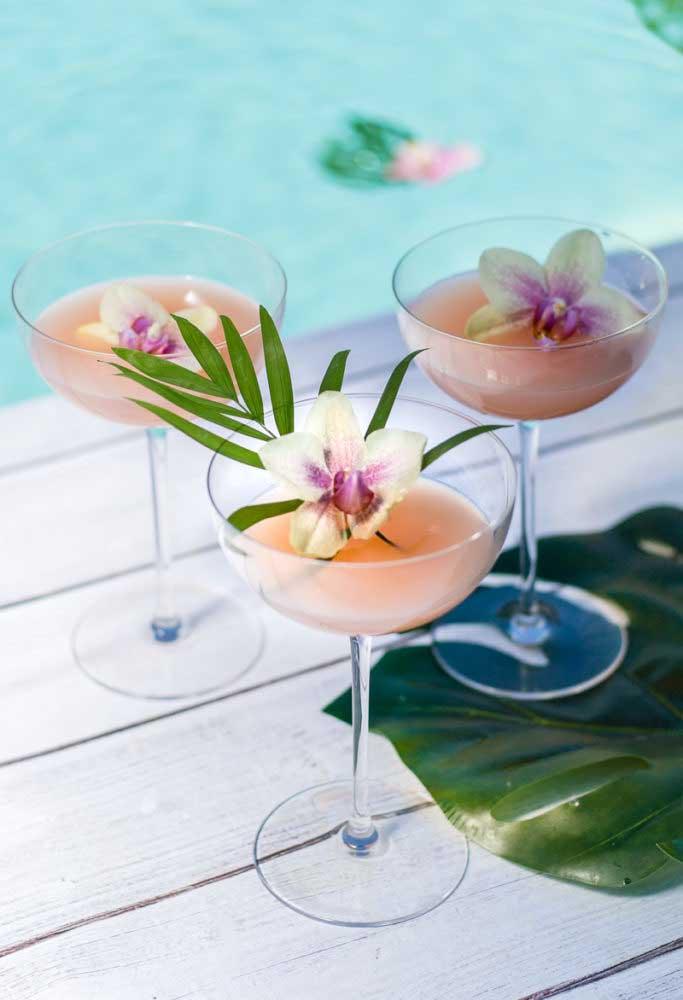 As bebidas que serão servidas na pool party festa devem ser refrescantes para aliviar o calor e hidratar os convidados.