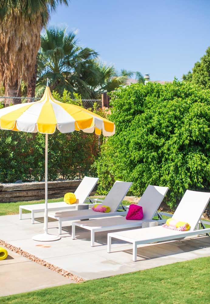 A cadeira de praia não pode faltar na decoração festa na piscina. Afinal, seus convidados precisam se sentir muito à vontade.