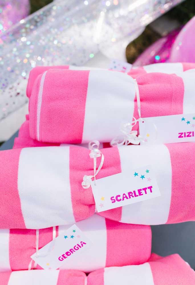 A lembrancinha festa na piscina deve ser algo prático e que todo mundo use. Que tal entregar toalhas personalizadas?