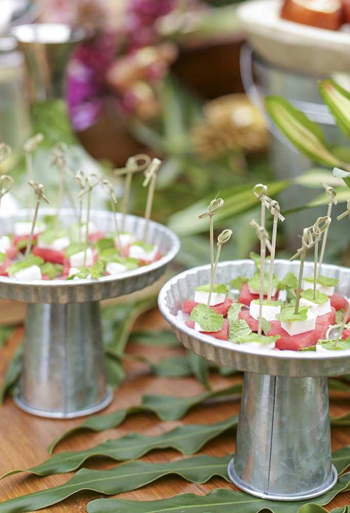 As comidas para festa na piscina devem ser leves e práticas na hora de servir, já que seus convidados vão passar mais tempo na piscina.