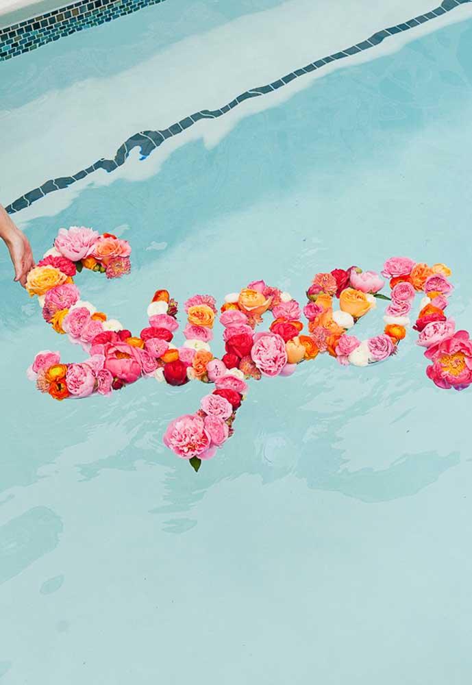 Fazer decoração com flores é a opção mais usada em festas. Portanto, não deixe de usar na festa na piscina para meninas.