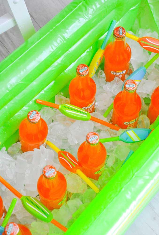 Para deixar as bebidas sempre geladas, mantenha tudo dentro de uma caixa com gelo.
