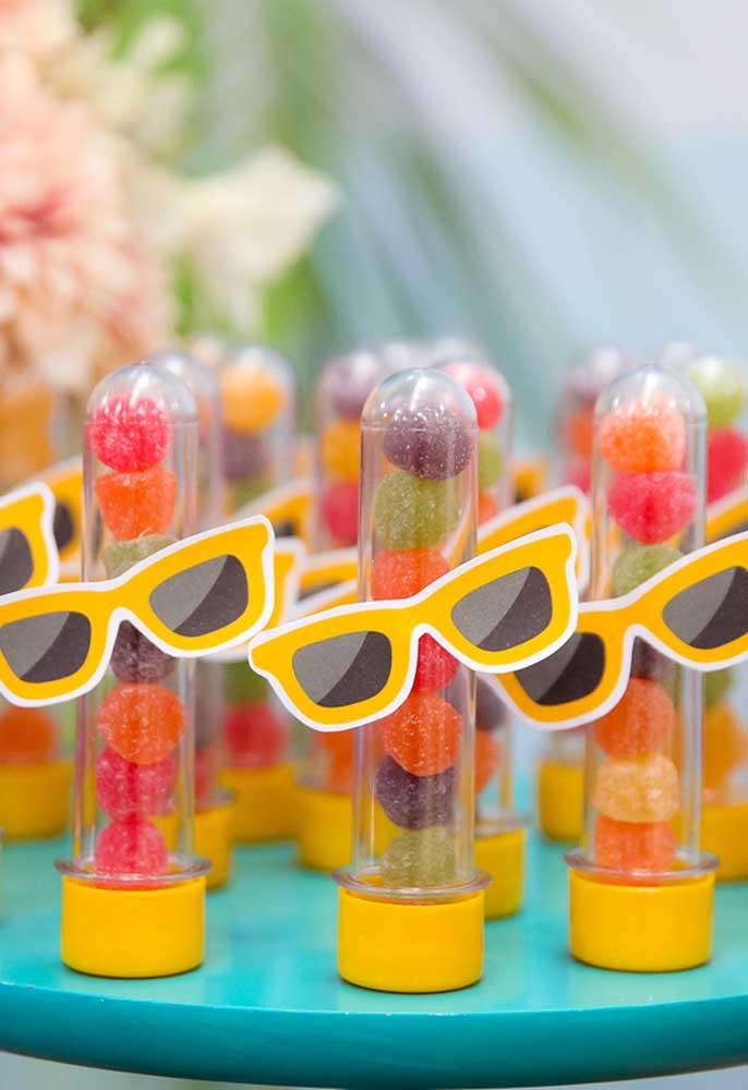 O mais bacana da decoração festa na piscina é que você pode usar itens simples e baratos para personalizar o evento.