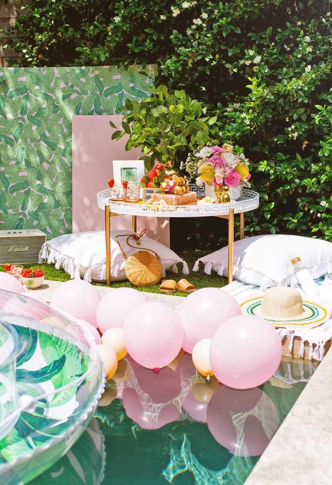Para deixar seus convidados mais à vontade, providencie uma mesa próxima da piscina com guloseimas.