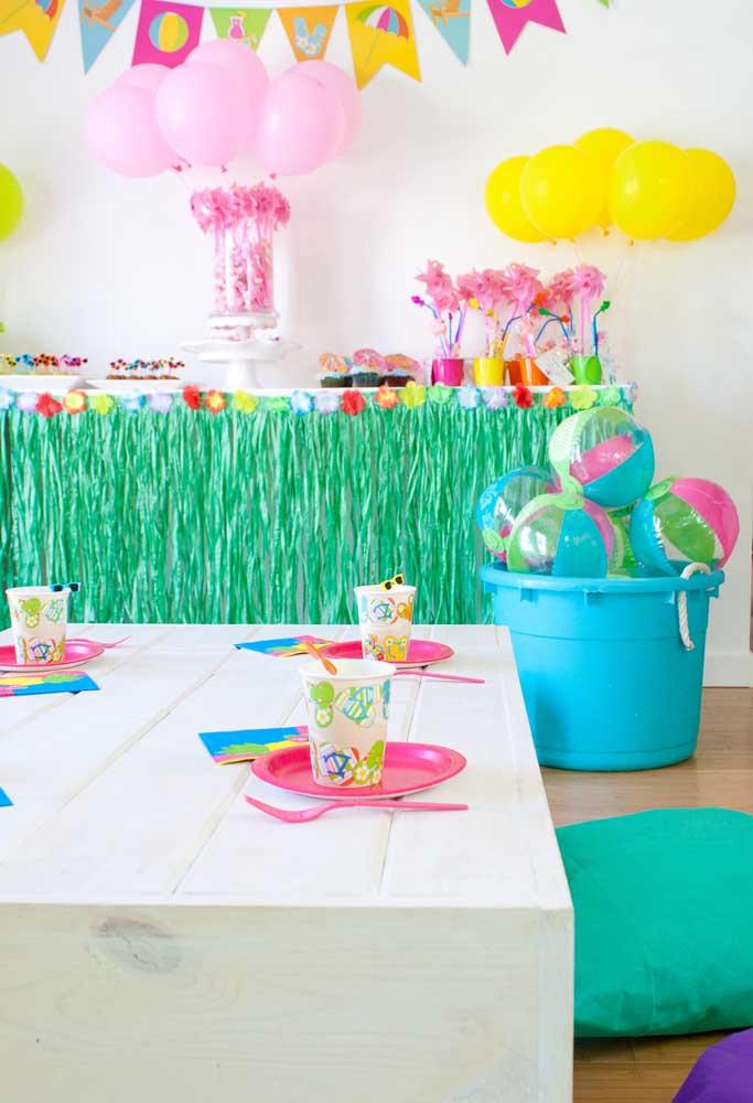 Na festa na piscina infantil não existem regras. Você pode usar o elemento que quiser para fazer uma decoração divertida.