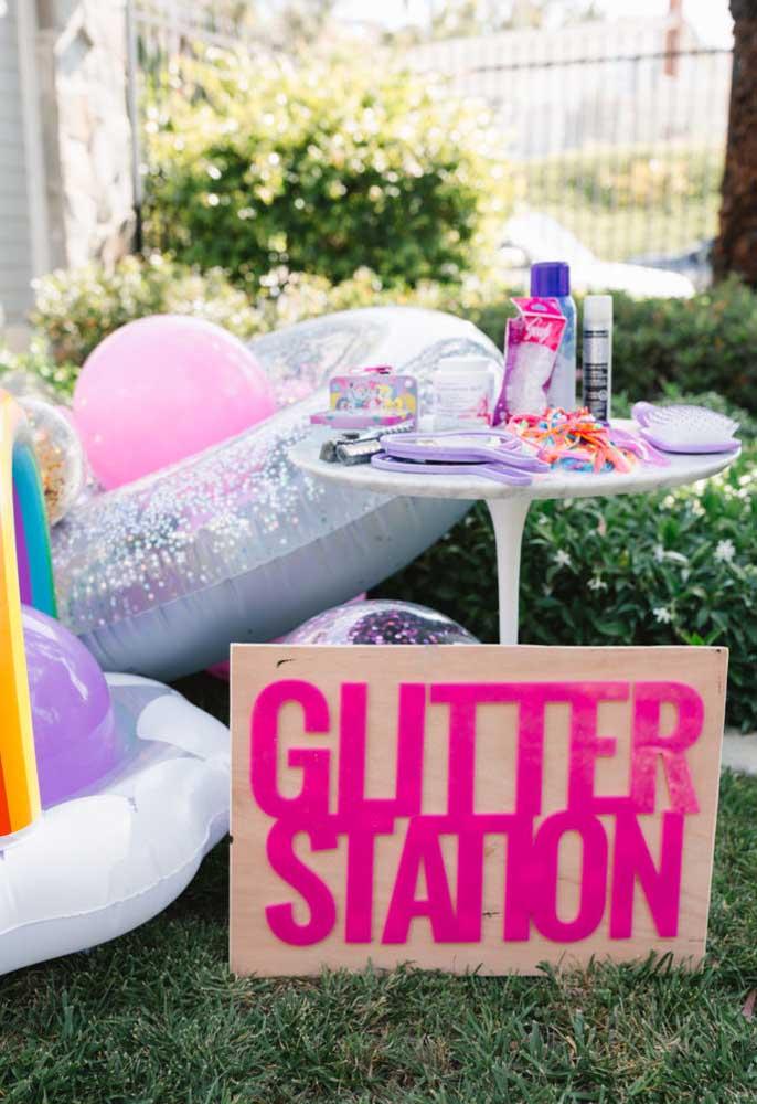 Separe alguns cantinhos para os convidados brincarem com itens como estação de pintura, maquiagem e outras opções.