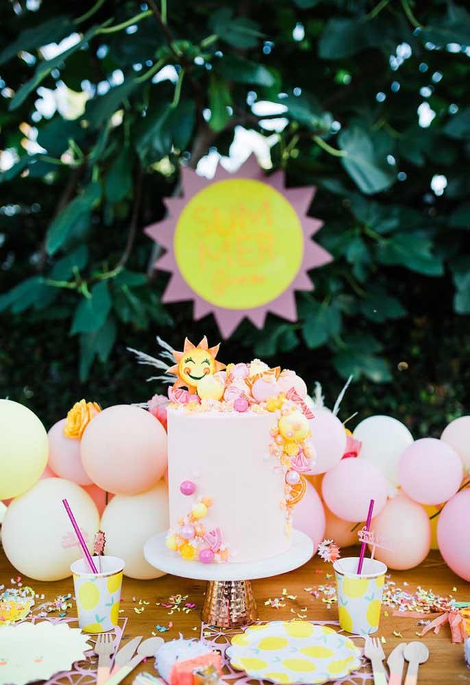 Olha que bolo mais fofo para comemorar o aniversário na piscina.