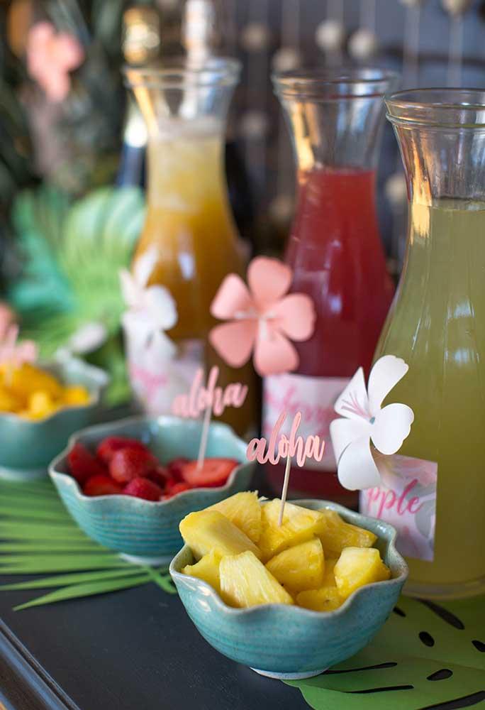 Corte frutas em cubos e coloque em recipientes para seus convidados se servirem à vontade.