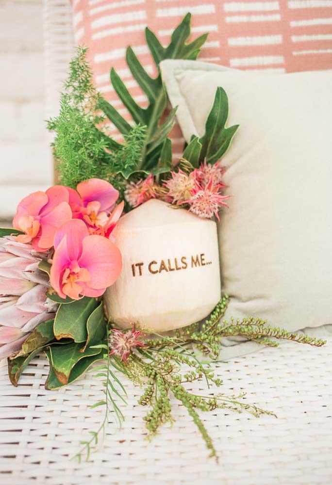 Aposte em uma decoração mais delicada usando arranjos de flores e almofadas.