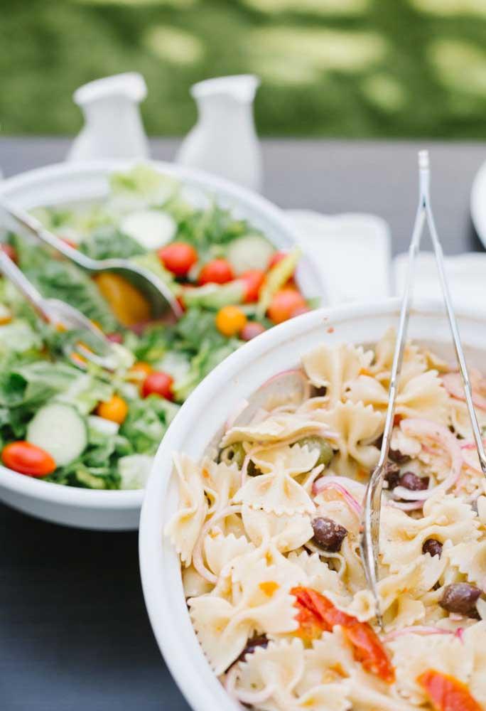 Salada sempre é uma boa pedida para colocar no cardápios das comidas festa na piscina.