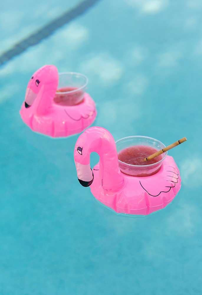 Veja que maneira criativa de servir as bebidas na festa na piscina.