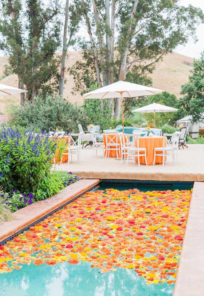Espalhe flores dentro da piscina para fazer uma decoração bem chamativa.