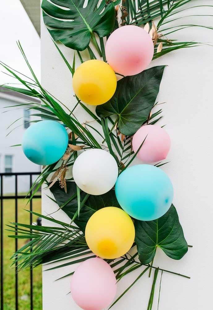 Faça uma decoração com folhas e balões.