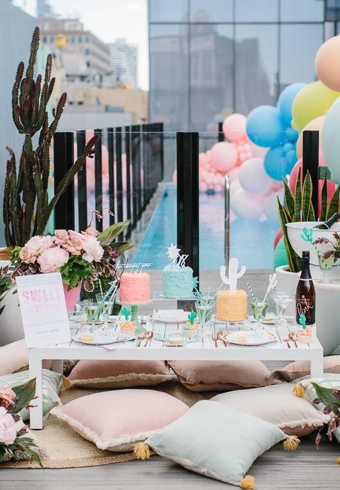 Ao invés de escolher apenas um bolo festa na piscina, escolha vários coloridos.