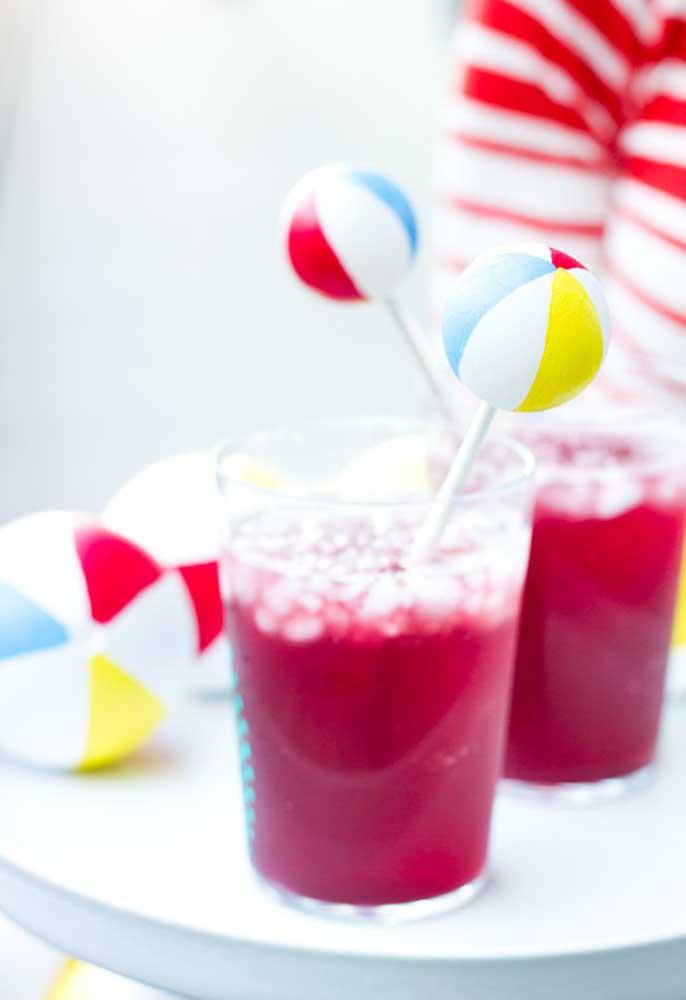 Bebida refrescante não pode faltar na festa na piscina.