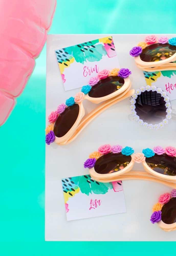 Se a festa na piscina for só para meninas, que tal customizar os óculos de sol com florzinhas?