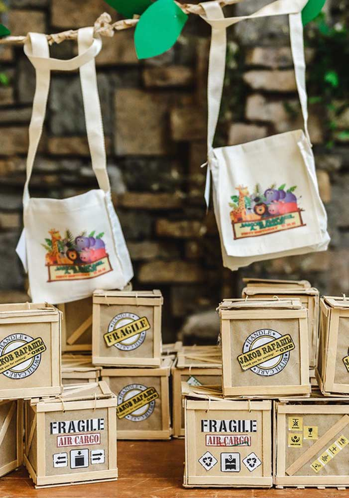 """Ecobags e caixas com etiqueta """"frágil"""" entram nessa outra decoração de festa safari"""