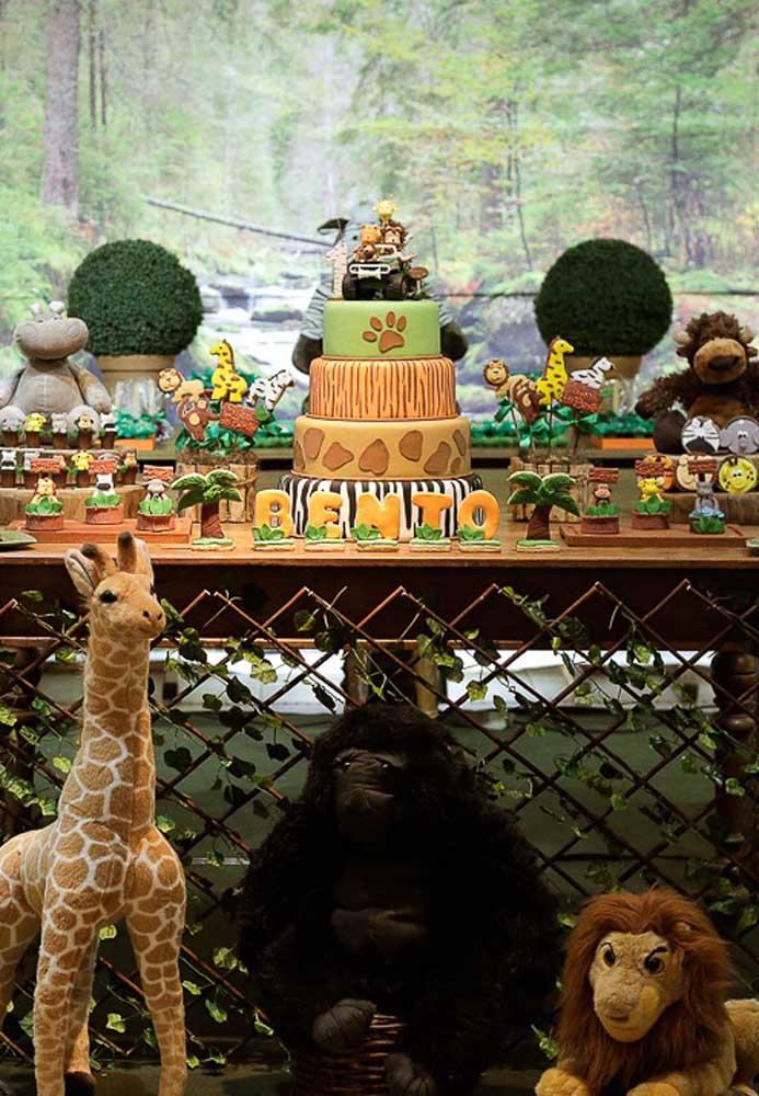 Os animais do safári guardam como ninguém a mesa do bolo