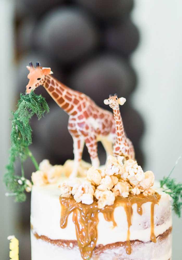 Que bolo encantador! O naked cake com cobertura de doce de leite e pipoca se tornou a morada perfeita para a dupla de girafas