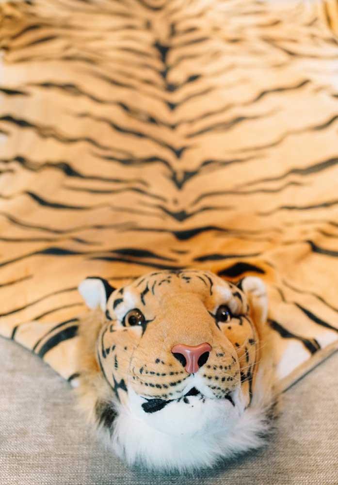 Tapete de tigre; ainda bem que é só de brincadeirinha!
