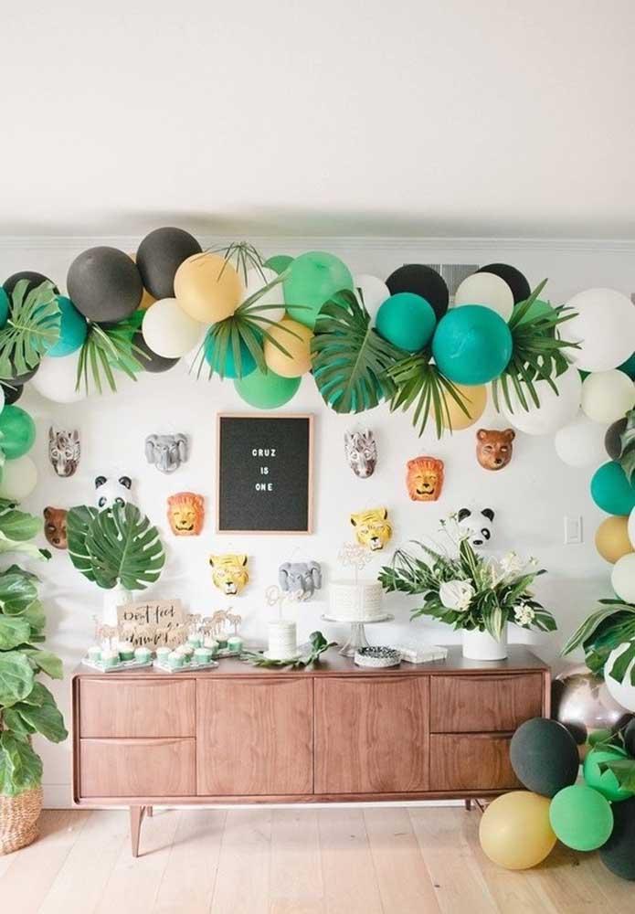O arco desconstruído de balões ficou lindo nessa decoração simples de festa safari