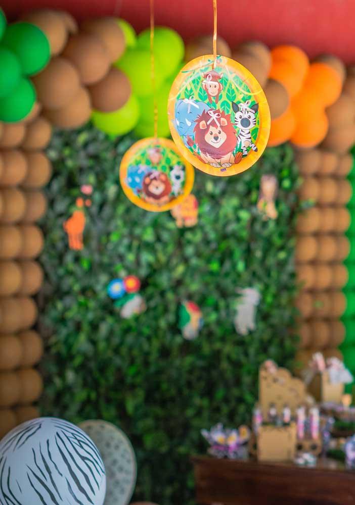 Cards suspensos: uma ideia simples, mas que faz diferença na decoração da festa safari