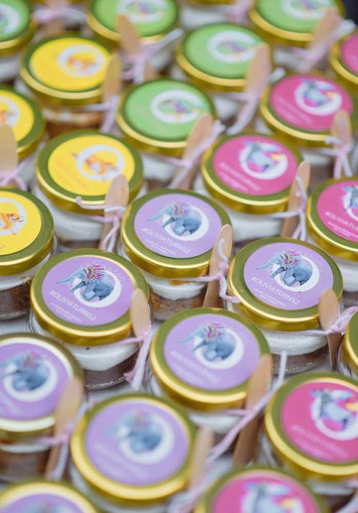 Potinhos de geleia, mel ou conserva também são boas opções de lembrancinha para festa safari