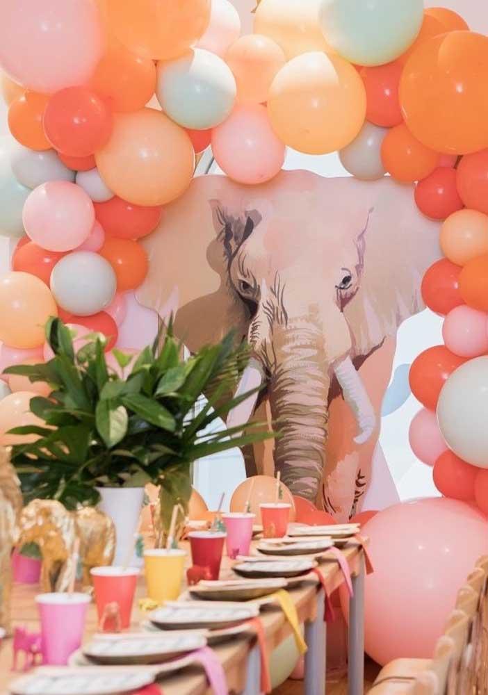 Olha o efeito desse painel de elefante encoberto pelos balões; parece, realmente, que o animal está entrando na festa