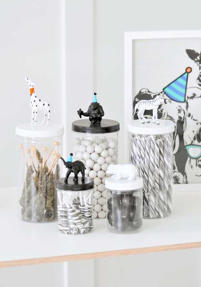 Que tal uma festa safári mais minimalista em tons de branco e preto?