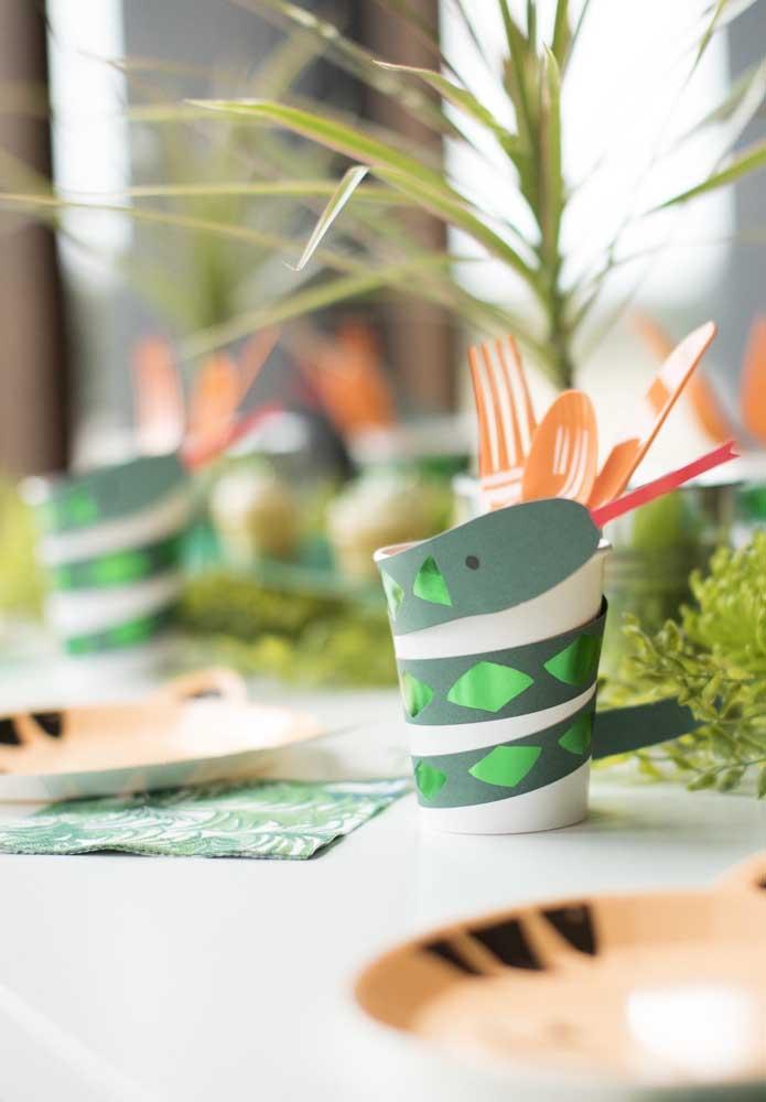 Porta talheres para a festa safari; o legal dessa ideia é que você mesmo pode fazer usando material reciclável