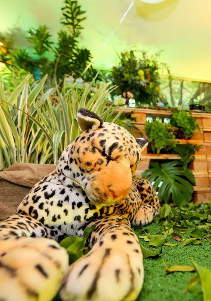 Pelúcias realistas também são um trunfo na decoração da festa safari