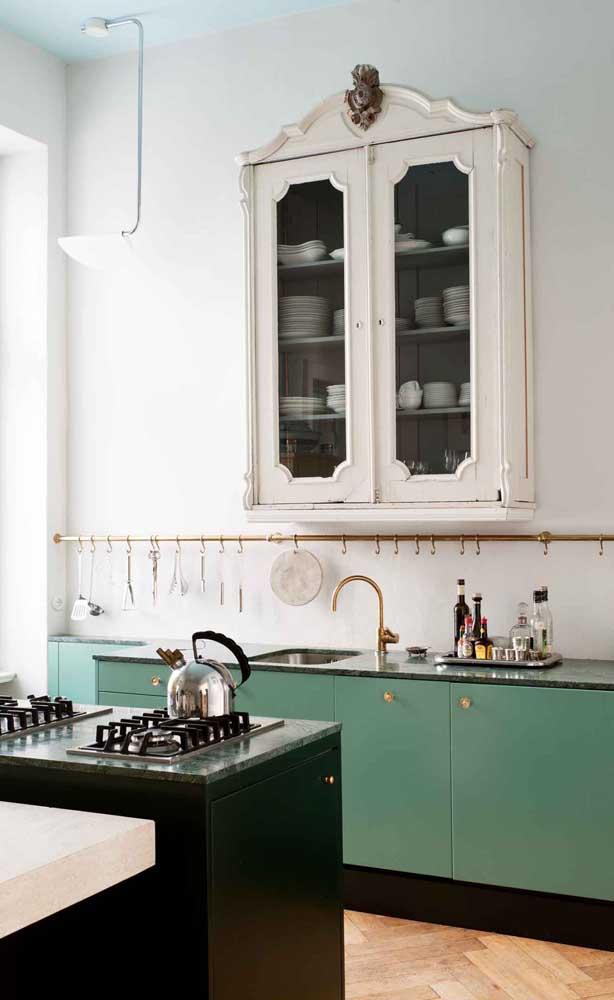 A pia de granito verde ubatuba deixa a cozinha mais sofisticada e brilhante.