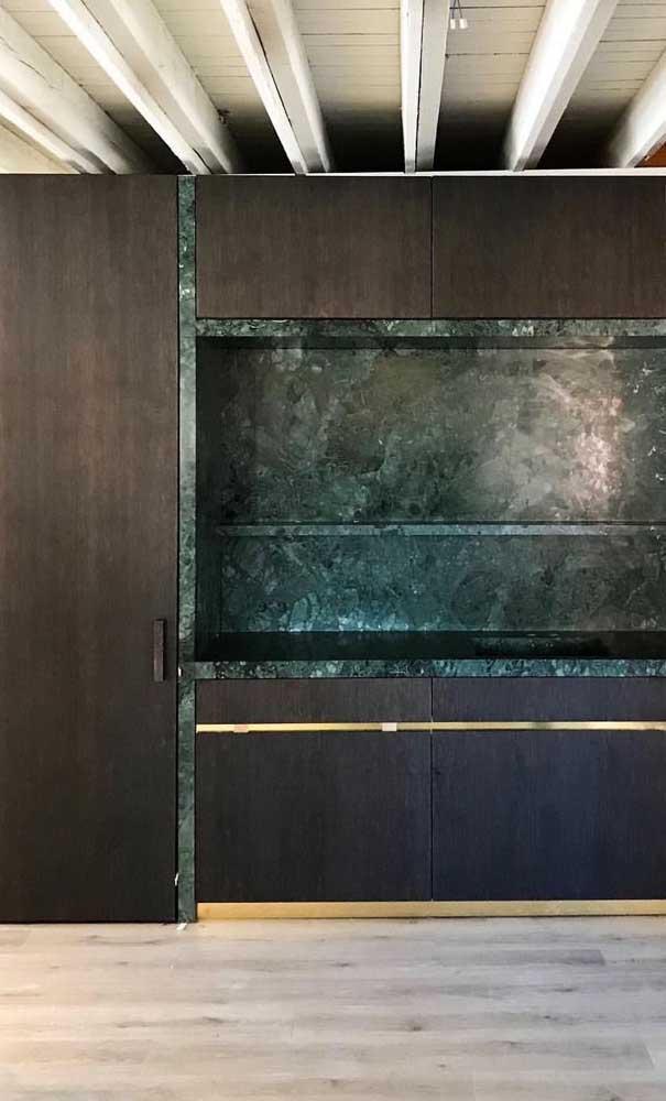 Que tal criar esse espaço diferenciado com granito verde ubatuba para colocar a sua TV?