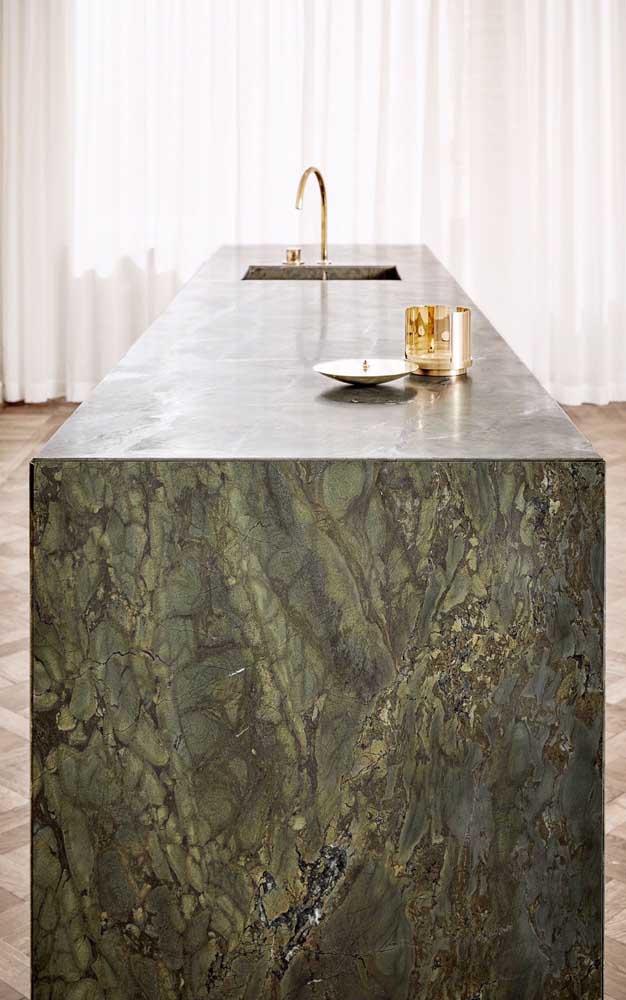 O granito verde ubatuba deixa o ambiente mais luxuoso e brilhante.