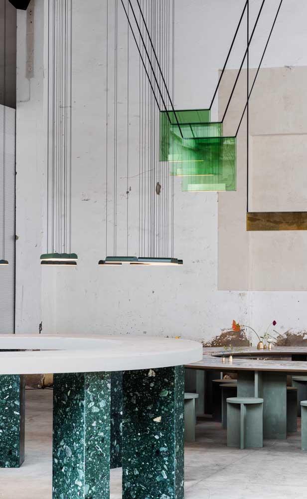 Que tal usar o granito verde ubatuba no pé da mesa?