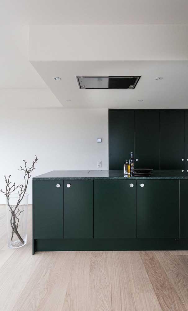 Escolha móveis no mesmo tom do granito verde ubatuba para deixar o ambiente mais harmonioso.