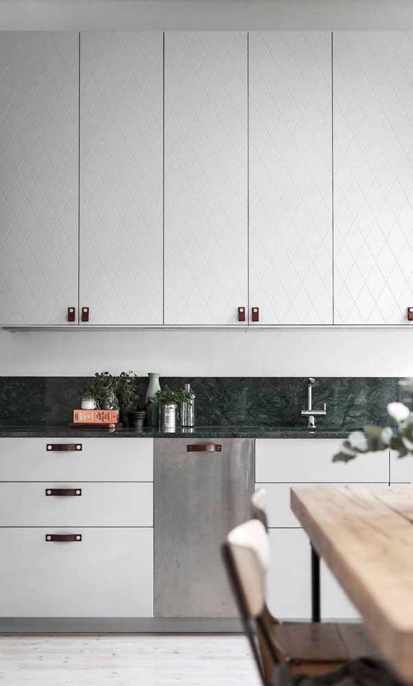 Mas é possível apostar em móveis mais claros para contrastar na hora da decoração.