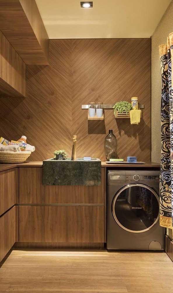 Que tal arrasar com um ambiente totalmente revestido com madeira e uma pia de granito verde ubatuba?