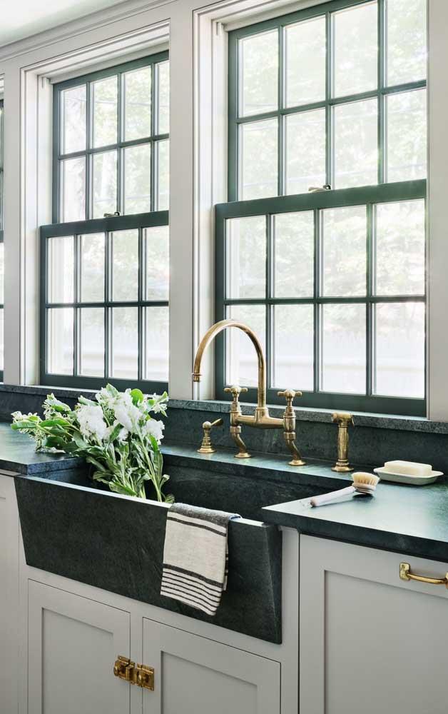 Agora o que acha de combinar o granito verde ubatuba da pia com a cor da janela?